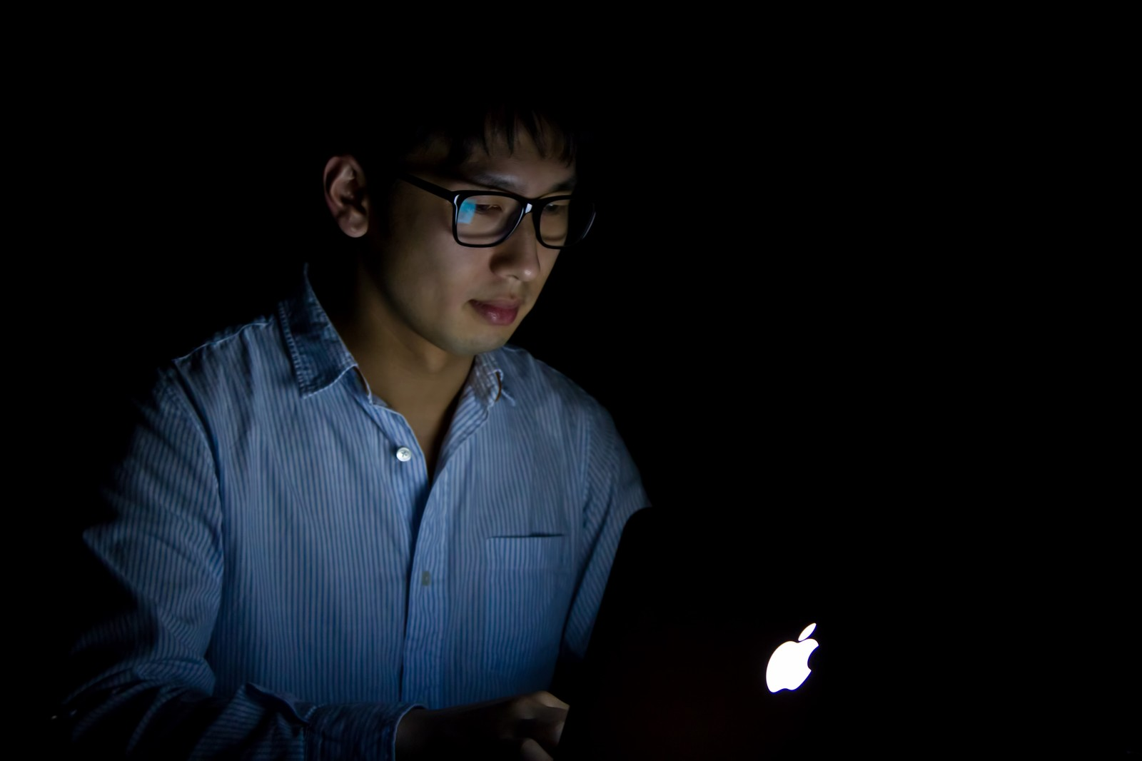 暗闇で残業をする男性