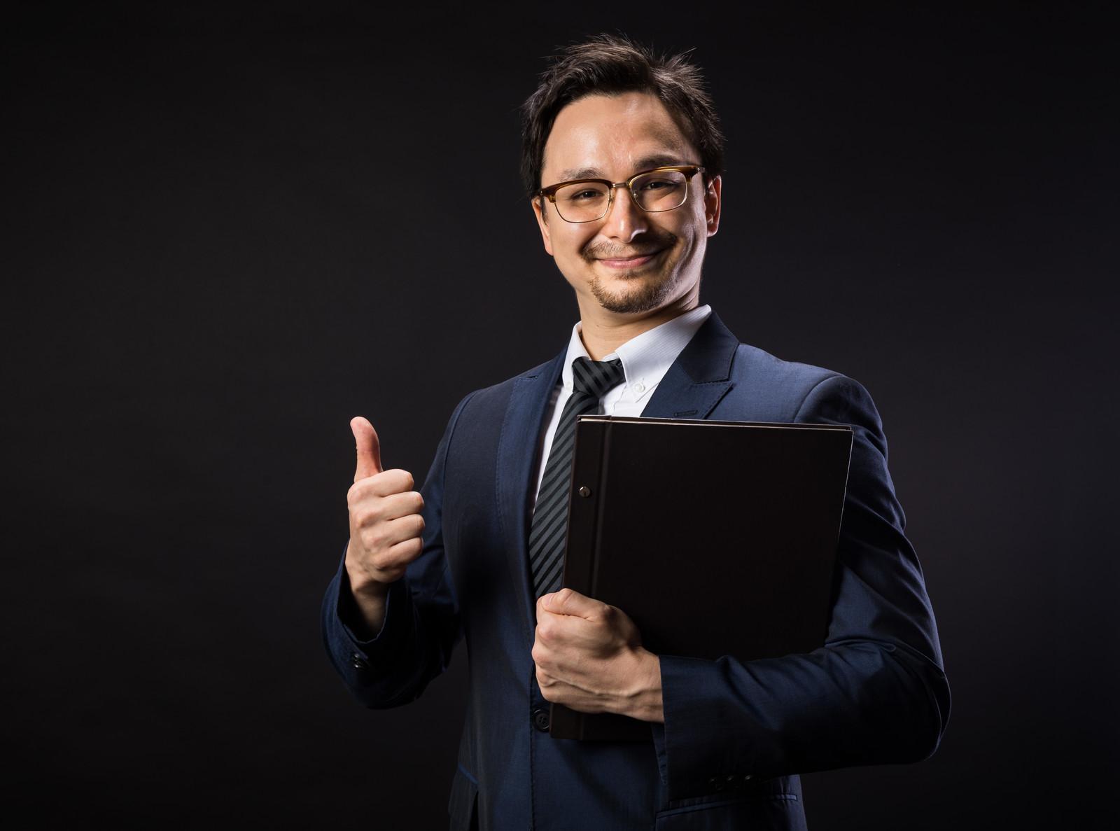親指を立て微笑むビジネスマン